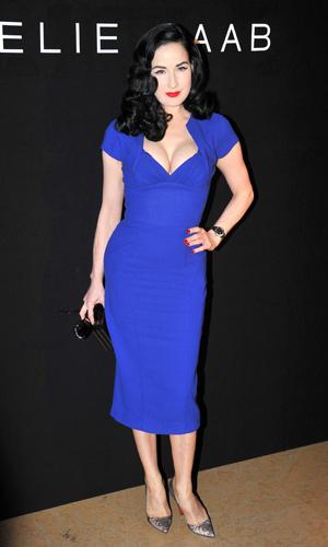 b28231361 Como combinar un vestido azul pavo - Vestidos negros