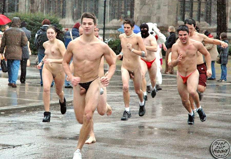 мужик голый а на неё бежит