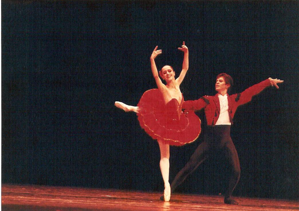 ... esportes e ao mesmo tempo queria fazer algo que fosse original e  decidido espontaneamente por mim... foi assim que tomei coragem e iniciei o  Ballet. cabc4fc3bd
