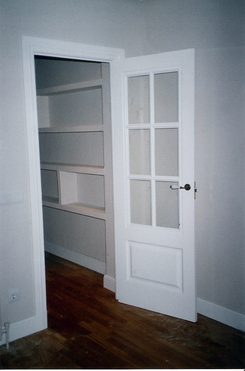 Puertas lacadas en blanco para un chalet muebles cansado for Pintar puertas en blanco paso a paso