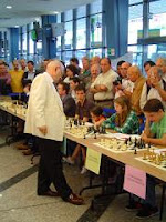 Viktor Korchnoi dando unas simultáneas de ajedrez en Oviedo en una estación de autobuses