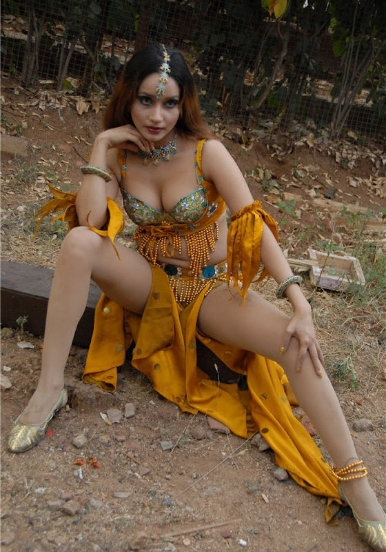 Hot Actress Anu Vaishnavi Deep Cleavage Navel And Thigh Show.