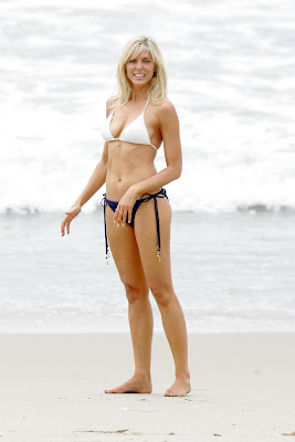 marla maples knows how to spread them wide in a bikini