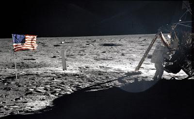 Bandeira tremulando na Lua, onde não existe vento