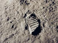 Fotos de pegadas, que não se formam na Lua, devido à ausência de umidade