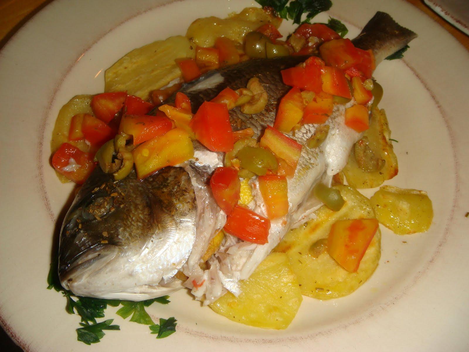 Dolcemente salato orata al forno su letto di patate - Pesce su letto di patate ...