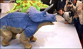 este robot es en forma de dinosaurio y se encarga de cuidar la casa