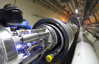 Un momento dell'istallazione di un magnete al CERN