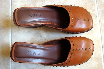 d2db86b6bb bazar das esforçadas  Sapato Schutz de couro caramelo com tachinhas - 36