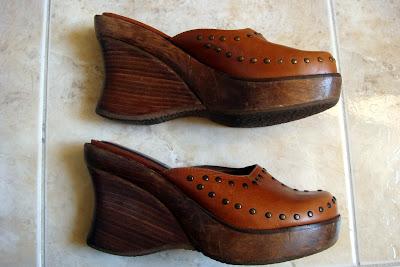5a86d227b6 Eu acho esse sapato um arraso. Fica lindo com uma calça jeans e blusinha  básica. Só que eu cansei dele e tenho dó de dar... Como o salto dele é de  madeira
