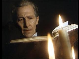 Peter Cushing en el segmento titulado El Sastre Extraño.