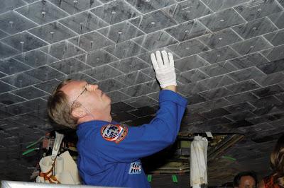 detalle de las placas cerámicas que recubren la parte inferior del Shuttle