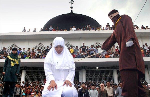 Hukuman rotan di Acheh, Indonesia. Tak sama langsung dengan sebat.