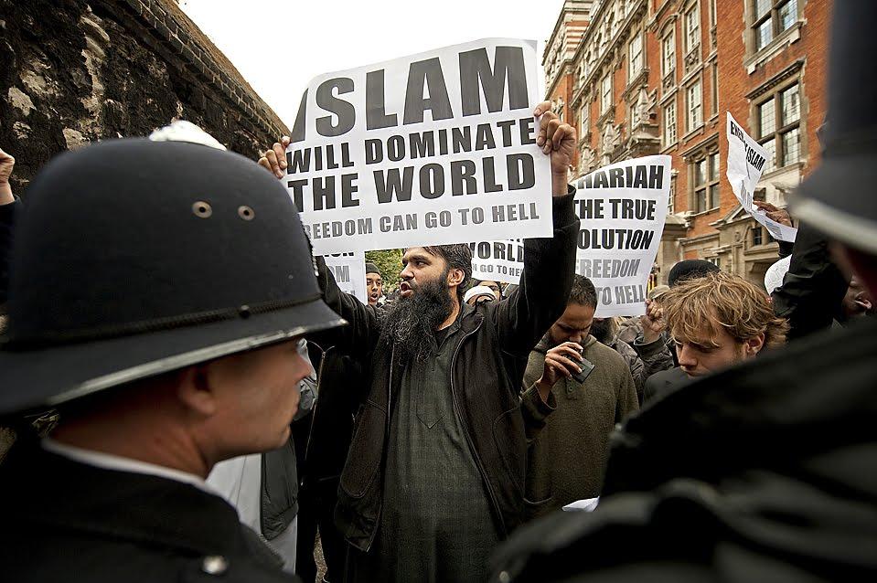 https://1.bp.blogspot.com/_QfVWU-2pVL4/StjHI4jHXtI/AAAAAAAAJCg/N7lEZ7kr9Zs/s1600/Protesters%2Brallied%2Banti-Islamic%2BDutch%2Blawmaker%2BGeert%2BWilders%2Bnews%2Bconference%2BLondon%2BFriday%2BWilders%2Bfilm%2Babout%2BIslam%2Barrived%2BLondon%2Bban%2Bagainst%2Bhim%2Bentering%2BBritain%2Boverturned.jpg