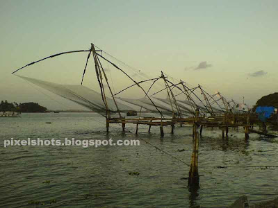 chinese-fish nets,kerala old fishing methods,kerala sea shore fishing nets,fort Cochin attractions,kerala-fishing,sea-fishing-methods,chinease fish nets photos with cellphones