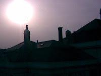 Slunce - Měsíc nad střechami