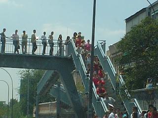 Esperando al bus encima del puente