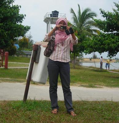 noma, kamera, beg tangan dan tong sampah..
