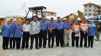bersama staff company aku (baju biru merah), bos (6 dari kiri) dan para arkitek serta wakil klien