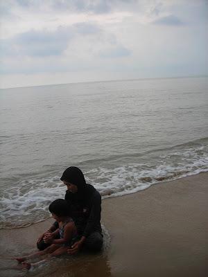 aku, mak lijah dan pantai tepi chalet..