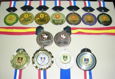 kenang daku dengan medal-medal ku..