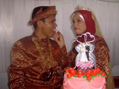suapan kek sebelum pengantin pompuan mencalit krim kat idung suaminya.. ewah.. bergurau senda pula..