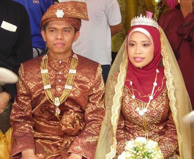 ayuni menyedarkan aku apabila mengatakan pengantin lelaki seiras dgn senior smka, encik Mohd Yazid Sanbaseri.. ye juge..