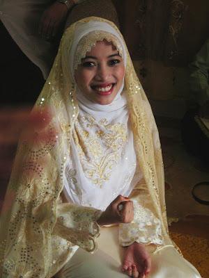 pengantin baru lain dilarang membuat aksi ini kerana dikhuatiri akan dilempang oleh ahli keluarga..