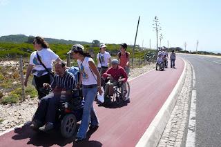Passeio pedestre oferecido por Papa Léguas a utentes do Centro Nuno Belmar da Costa