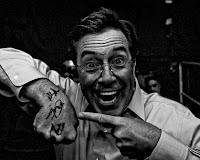 A mão de Stephen Colbert autografada pelo Rush - em breve no eBay!