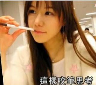 南韓咬筆美女李尚雅:28歲梨花大學經濟系畢業迷倒網友! | 妙極娛樂