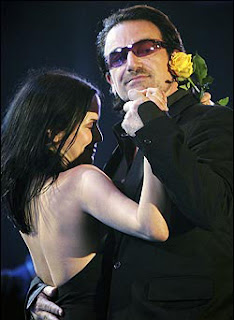 Andrea Corr y Bono