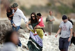 The Edge, Angelina Jolie y Brad Pitt en la playa de Eze en Francia