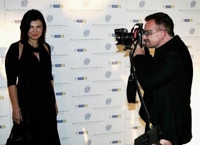 Bono y Ali Hewson llagando a la gala de la Raisa Gorbachev Foundation