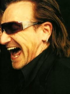 Bono riendose con sus gafas de Dolce Gabbana