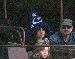 Bono, Ali y sus hijos Elijah y John en Disneyland 2