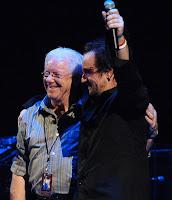 Dennis Sheehan y Bono
