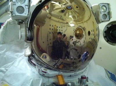 Edge y traje de astronauta en Houston