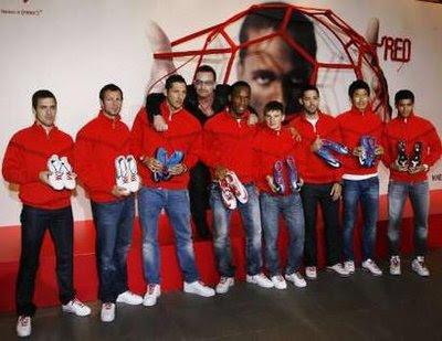 Bono y los futbolistas de Nike