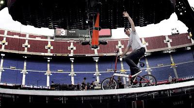La foto: The Edge en bicicleta por el escenario de U2 360 Tour