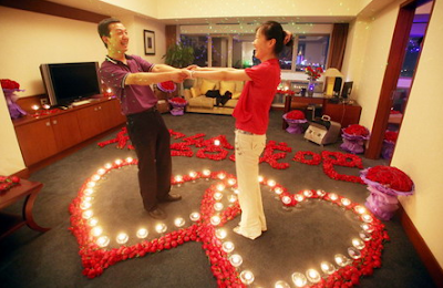 Man proposes to girlfriend with 9,999 roses