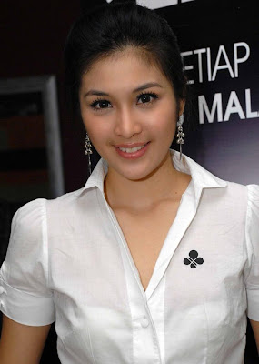SANDRA DEWI BEING HERO AFTER GOT GOSSIP NUDE PICTURES