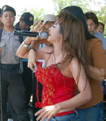 Insiden Ini terjadi saat Dewi Persik Membawakan lagu