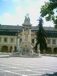 Városháza és a Szentháromság szobor