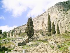 Templo de Apolo, al pie del Parnaso. Los cipreses...