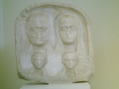 Estela funeraria con grupo familiar