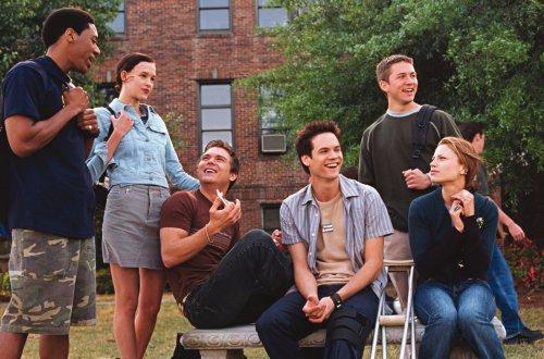 Algunos estudiantes del instituto y Landon riéndose de Jamie