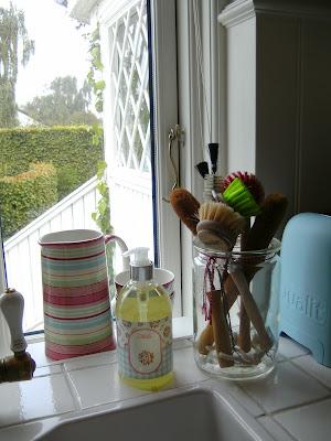 køkken med vindue foran vask