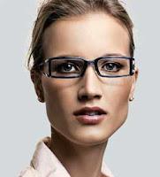 A armação escura de formato reto acentua as linhas austeras do rosto.  Favorece os formatos ovais e triângulares 711f585a49