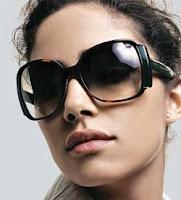 Óculos grandes, como dita a moda atual, mas com formato quadrado, para  harmonizar as linhas arredondadas. Rosto quadrado 8c3bc3b61c